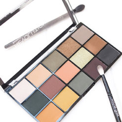 MAKEUP REVOLUTION Re-loaded Iconic Division palette open