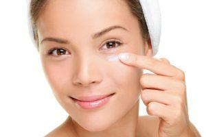Pourquoi et comment prendre soin du contour des yeux?
